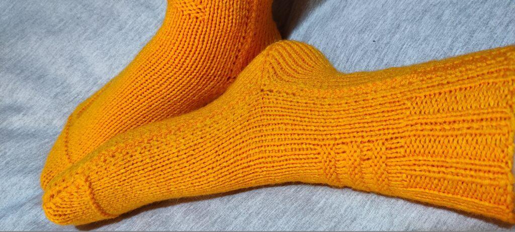 бесшовные носки спицами