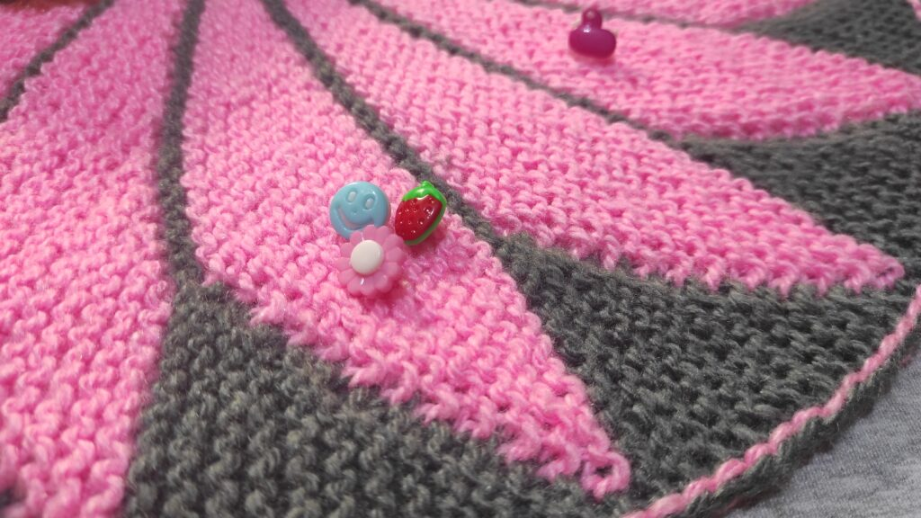 серо-розовый коврик спицами на стул